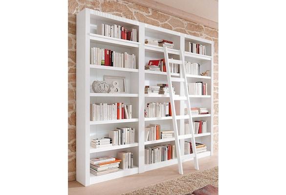 weißes deckenhohes Bücherregal