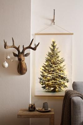 Weihnachtsdeko mit Hirschfigur und Wandposter