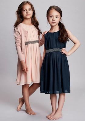 Zwei Mädchen in schicken Mädchenkleidern