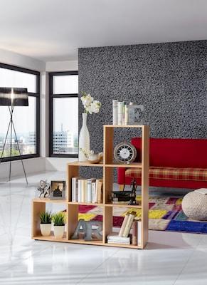 Stufenregal aus hellem Holz