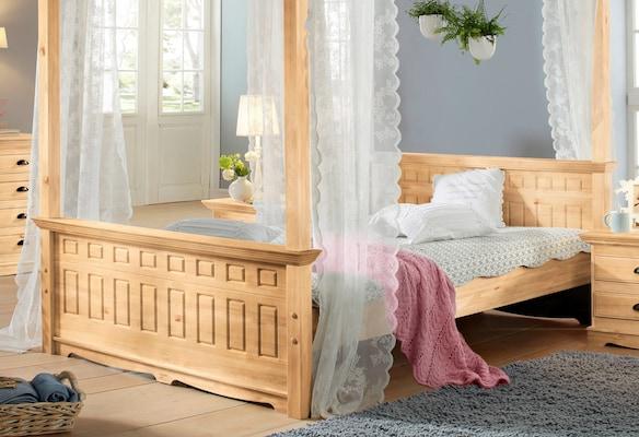 Himmelbett aus Holz im Landhausstil