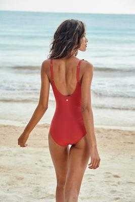 roter Badeanzug Rückenansicht