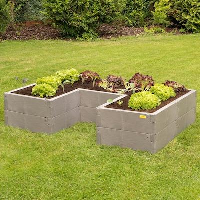 Hochbeet im Garten mit Salatpflanzen