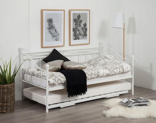 weißes Metallbett als Tagesbett