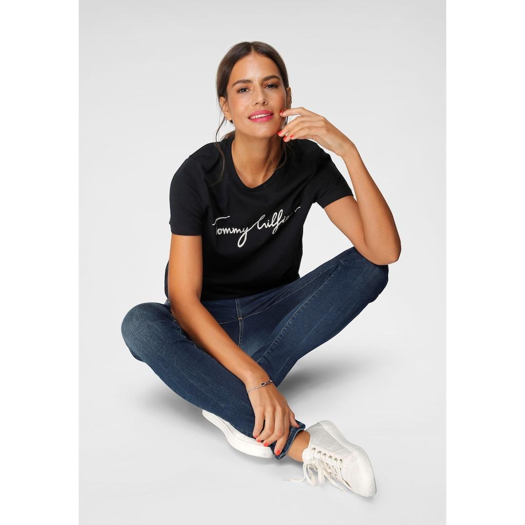 TOMMY HILFIGER T-Shirt »HERITAGE CREW NECK GRAPHIC TEE«, mit Tommy Hilfiger Script Logo-Schriftzug & Logo-Flag am Saum