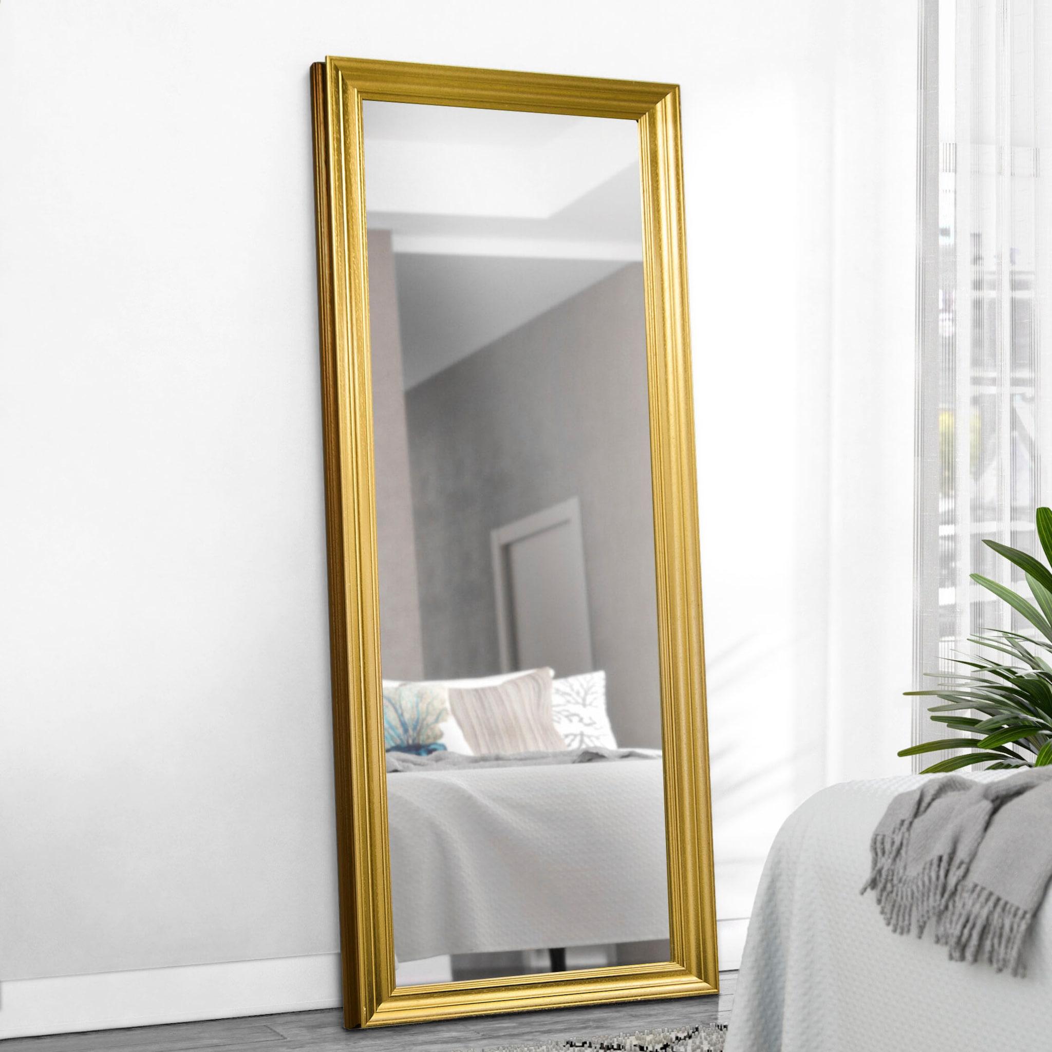 Goldener Standspiegel an die Wand gelehnt