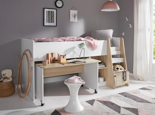 weißes, halbhohes Bett mit Holzelementen