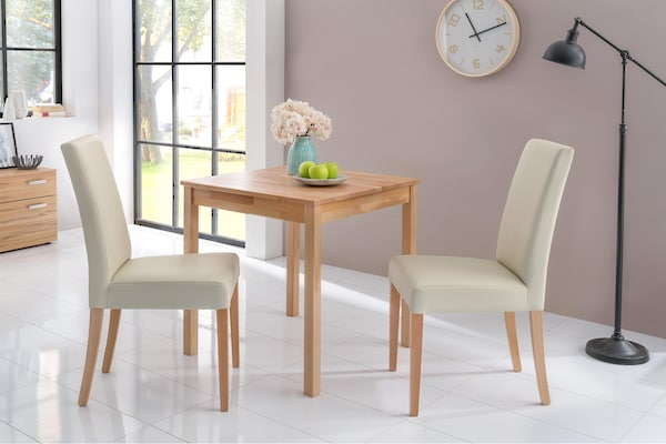 Holztisch mit zwei Stühlen