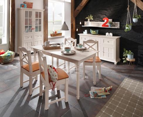 Esszimmergruppe mit weißen Esszimmerstühlen im Landhausstil
