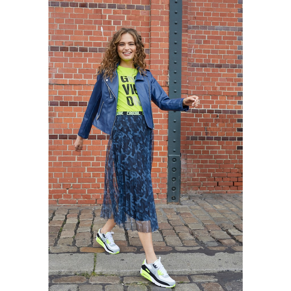 Aniston CASUAL Plisseerock, mit Tarnmuster und neonfarbenem Schriftzug