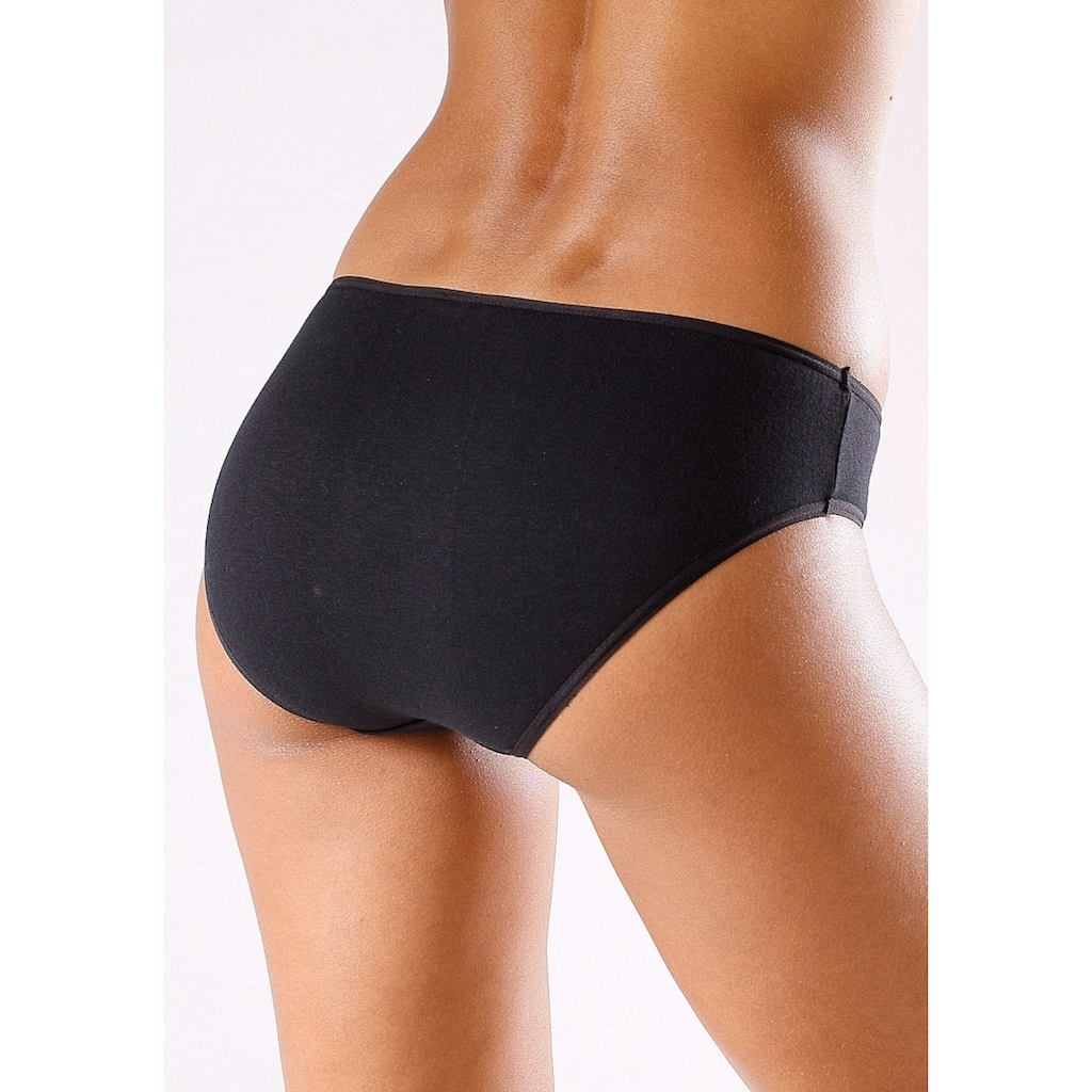 Go in Bikinislip, in klassischen Uni-Farben