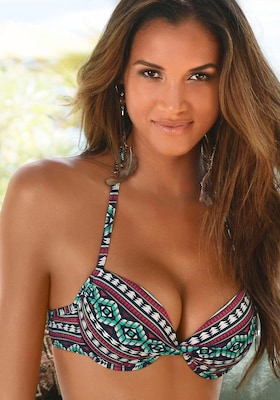 Frau trägt Push-up-Bikinioberteil